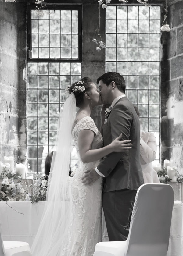 barnsley wedding photographer couples first kiss