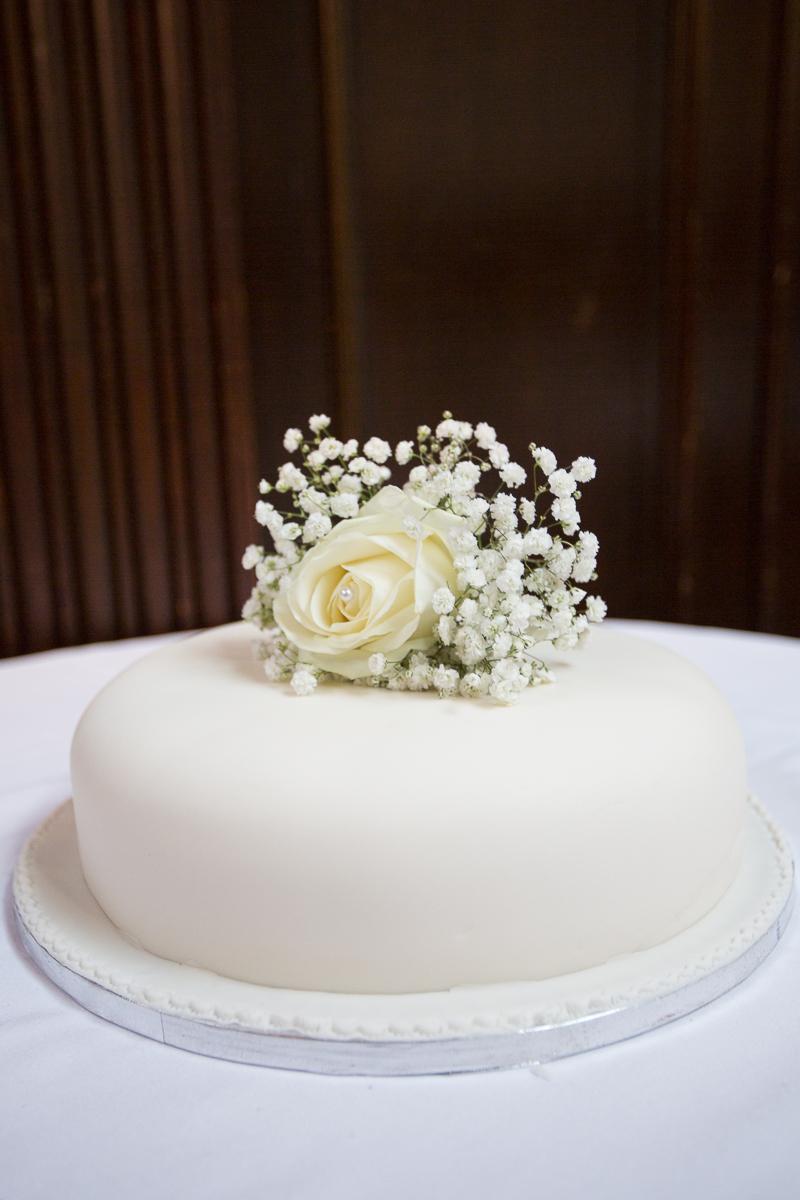 Single tier wedding cake with flower decoration